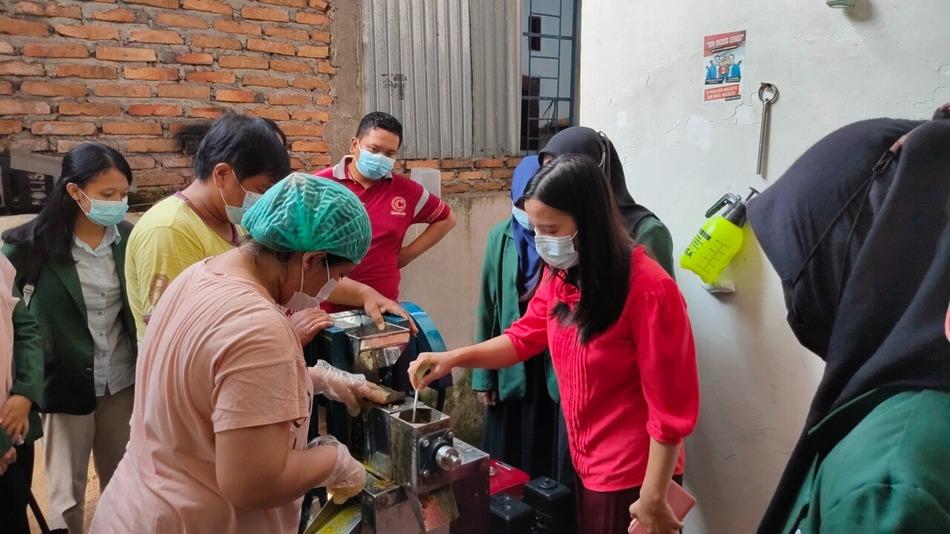 Tim LPM USU Memberi Bantuan Mesin Press untuk Pengusaha Jahe Merah Instan